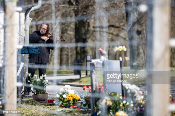 April 2020, Thuringia, Weimar: Gernot Süßmuth, concertmaster of the Staatskapelle Weimar, plays the violin in front of the Buchenwald Memorial for...