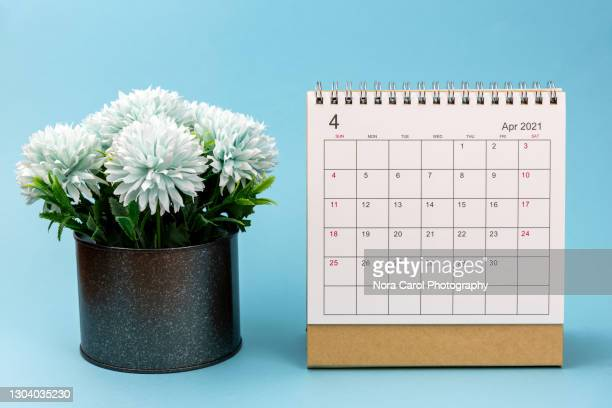 april 2021 calendar with potted flower - 四月 ストックフォトと画像
