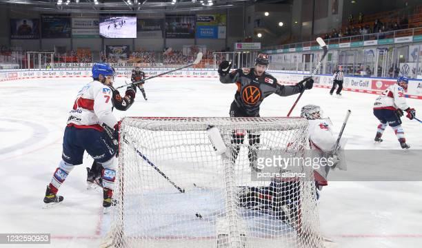 April 2021, Lower Saxony, Wolfsburg: Ice hockey: DEL, Grizzlys Wolfsburg - Adler Mannheim, championship round, semi-final, 2nd matchday at Eis Arena...