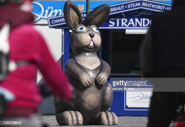 April 2021, Mecklenburg-Western Pomerania, Zinnowitz: A large Easter bunny figure stands on the beach promenade of the Baltic seaside resort on the...