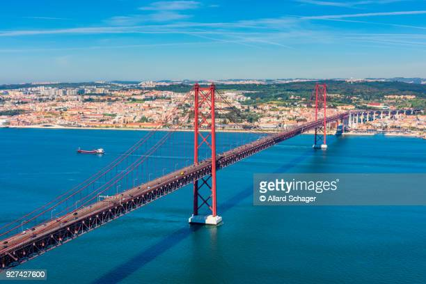april 25th bridge and tagus river in lisbon portugal - provincie lissabon stockfoto's en -beelden