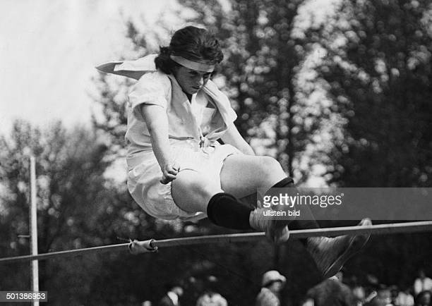 Blanche Strebigh Athlete high jump jumping during a competition in California 1922 Published by 'Berliner Illustrirte Zeitung' 14/1922