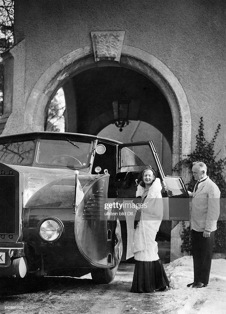 April fool hoax,Al Capone's daughter, dressed for the opera, getting into the armoured car, date unknown, 1930ies : News Photo