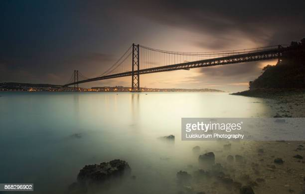 25 april´s bridge sunrise - faro city portugal fotografías e imágenes de stock