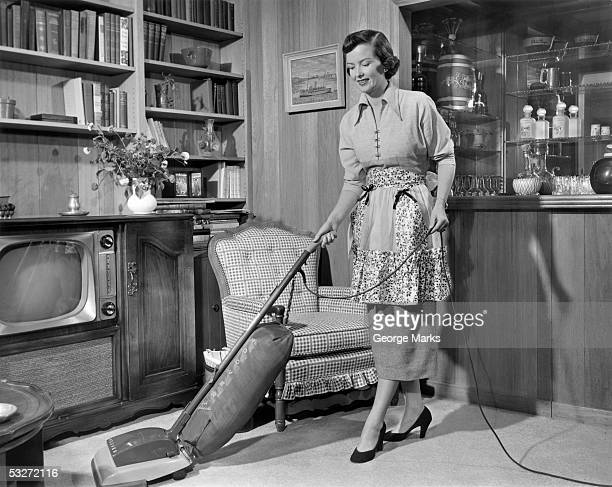 apron housewife vacuuming den - homemaker stock pictures, royalty-free photos & images