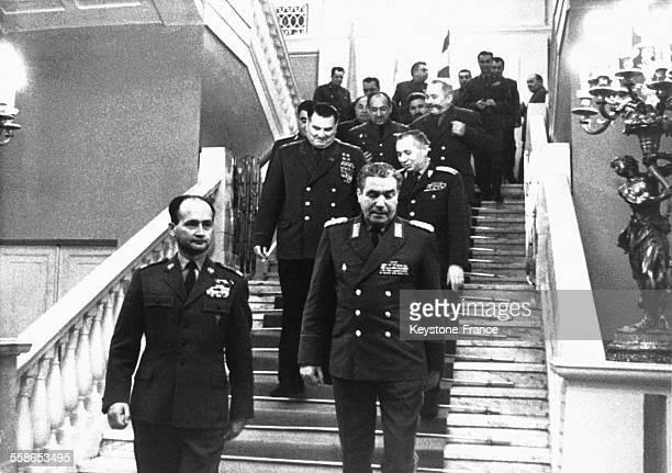 Après la conférence au premier plan de gauche à droite le Général Jaruzelski ministre de la Défense polonaise et le Maréchal de l'URSS Iakoubovski...