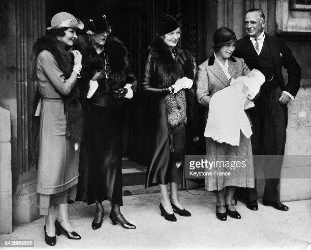 Après la cérémonie Mrs JF Marks Mrs Burke Roche une nurse avec la petite fille de Lord et lady Fermoy à Londres RoyaumeUni le 1er octobre 1934