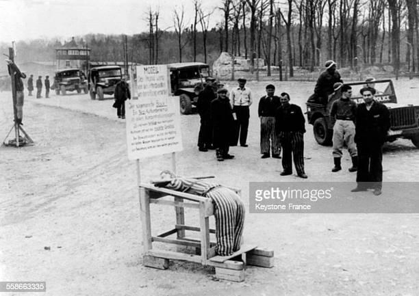 Après la libération du camp des parlementaires britanniques et américains sont venus voir le camp de concentration et d'extermination de Buchenwald à...