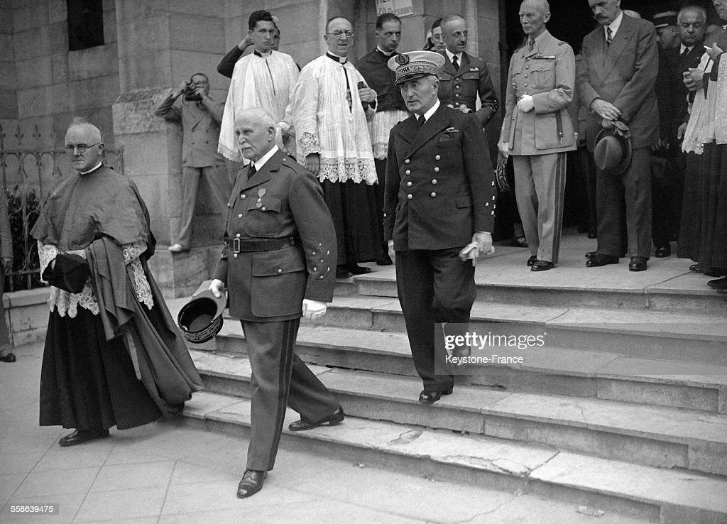 Le Maréchal Pétain Sur Les Marches De L'Eglise Saint-Louis : Photo d'actualité