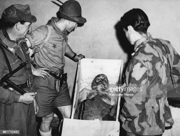 Après la pendaison le corps de Benito Mussolini est placé dans un cercueil devant lequel les italiens défilent à Milan en Italie en mai 1945