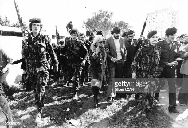 Après la tentative manquée de coup d'Etat le Mouvement des Forces Armées encadre un couple accusé de fascisme à la sortie d'une garde à vue le 12...