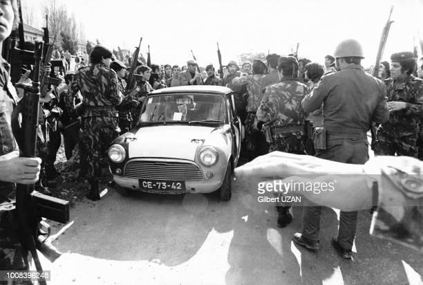 Après la tentative manquée de coup d'état de la part dela droite le Mouvement des Forces Armées encadre un couple accusé de fascisme après une garde...