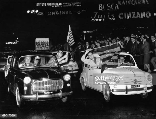 Après la victoire de l'Inter de Milan contre le Benfica les supporters milanais défilent dans les rues drapeaux levés à Milan Italie le 27 mai 1965
