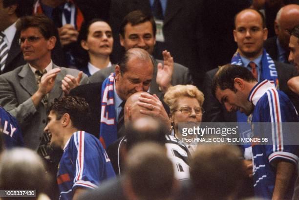Après la victoire de l'équipe de France en finale le Président Chirac a embrassé le crane chauve du gardien Fabien Barthez comme un portebonheur le...