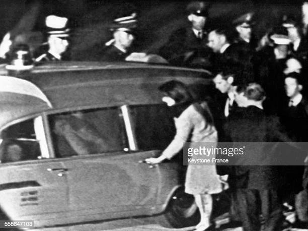 Après l'assassinat du président John Fotzgerald Kennedy Jacqueline Kennedy monte en voiture sa robe et ses bas sont ensanglantés à Dallas Texas...