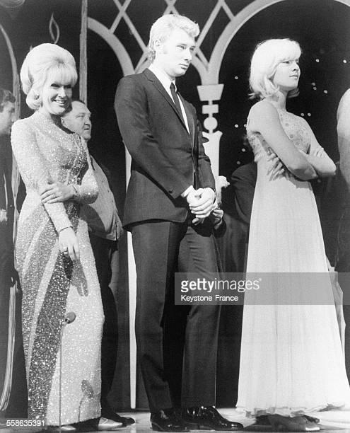 Après le gala annuel de la 'Royal Variety Performance' Johnny Hallyday et Sylvie Vartan ont été présentés à la Reine d'Angleterre à gauche la...