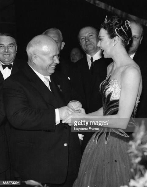 Après le gala à Coven Garden Nikita Khrouchtchev vient féliciter la ballerine Beryl Grey dans les loges à Londres RoyaumeUni le 26 avril 1956