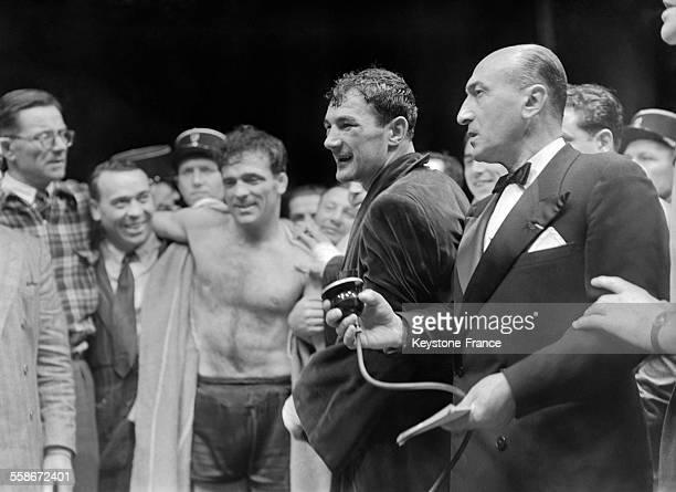 Après le match qui s'est tenu au Parc des Princes à gauche Marcel Cerdan et Robert Charron en peignoir à Paris France en 1946