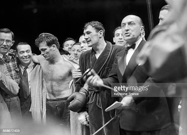 Après le match qui s'est tenu au Parc des Princes, à gauche Marcel Cerdan et Robert Charron en peignoir, à Paris, France en 1946.