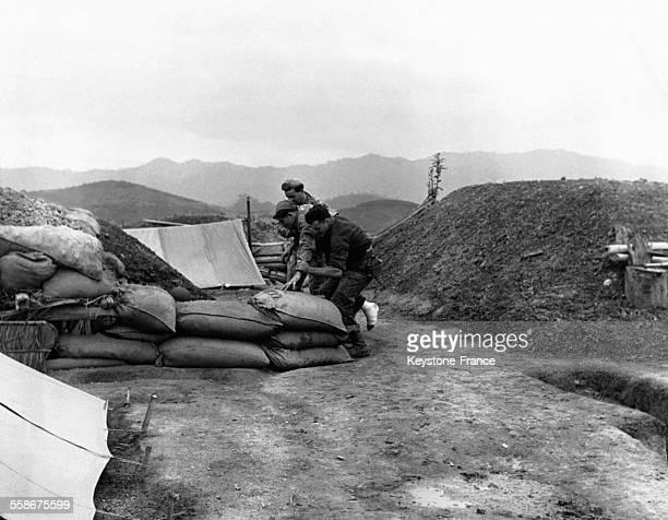 Après une intervention francoalgérienne d'envergure pour anéantir le Vietminh les soldats blessés qui n'ont pas pu être évacués réintègrent leurs...