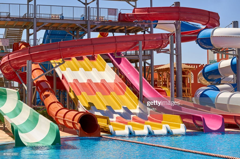 7734f9b6b88cea Aquapark Schuifregelaars Met Water Zwembad Blauw Water Stockfoto ...