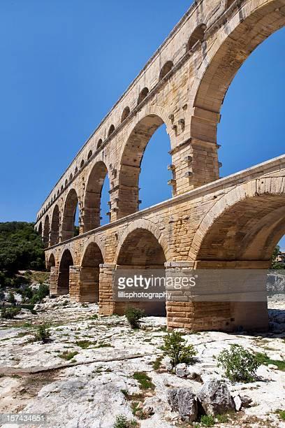 aqueduct at pont du gard in provence france - pont du gard stockfoto's en -beelden