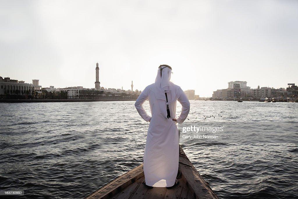 Arab businessman in traditional dress, Dubai Creek : Stock-Foto