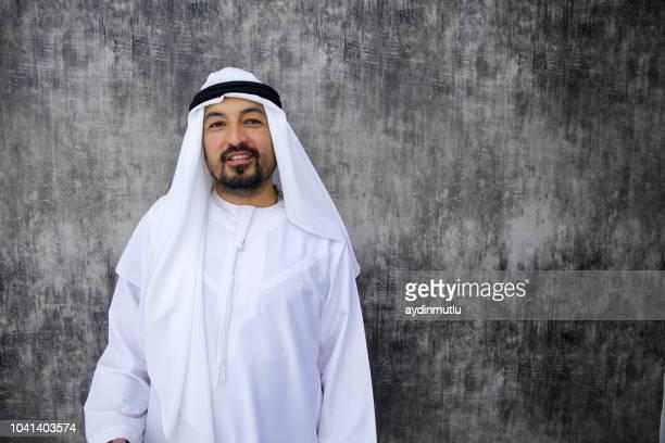 事務所に立っているアラブのビジネスマン - アラビア風 ストックフォトと画像