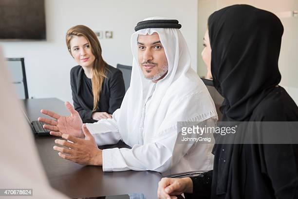 Arab empresário com colegas em reunião no escritório