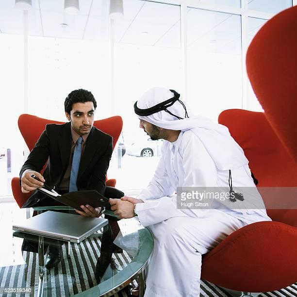 arab businessmen during meeting. u.a.e - hugh sitton - fotografias e filmes do acervo