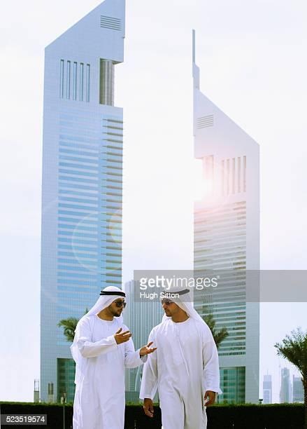 arab businessmen in the dubai business district. u.a.e - hugh sitton - fotografias e filmes do acervo