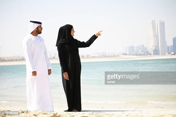arabische paar in traditioneller kleidung am strand - bahrain stock-fotos und bilder