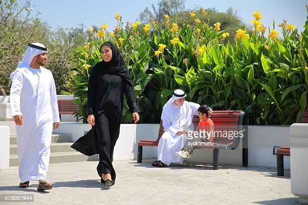 Arab émirati famille à l'extérieur dans le parc