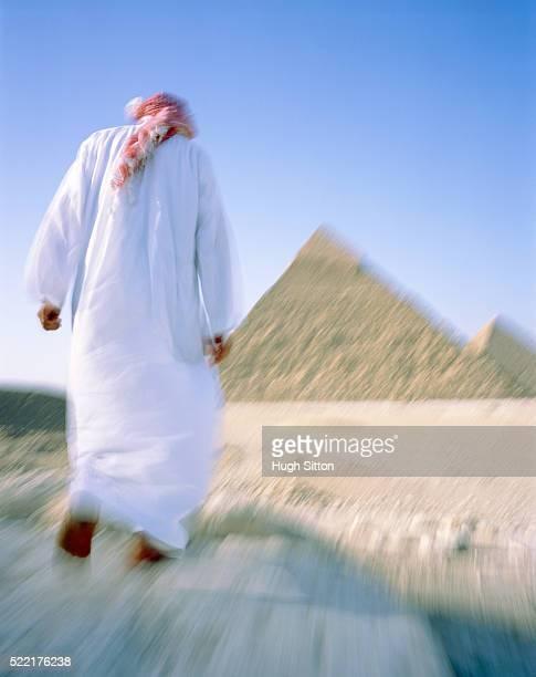 arab in front of the pyramids of giza, egypt - hugh sitton fotografías e imágenes de stock