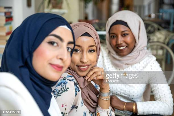 arabische italienische freunde nehmen selfies zu hause - nordafrikanischer abstammung stock-fotos und bilder
