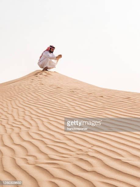 arabischer mann nachdenklich in der wüste - bahrain stock-fotos und bilder