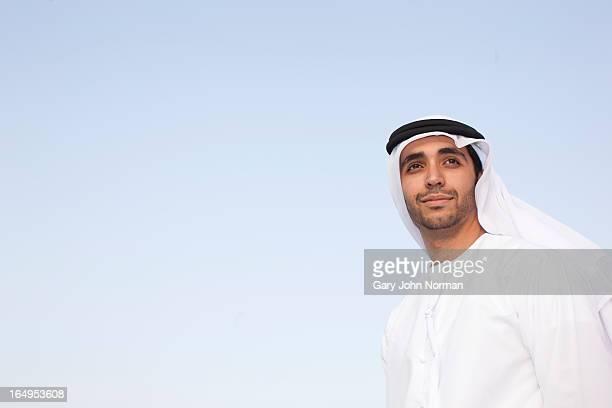 arab man wearing dishdasha in dubai - vereinigte arabische emirate stock-fotos und bilder