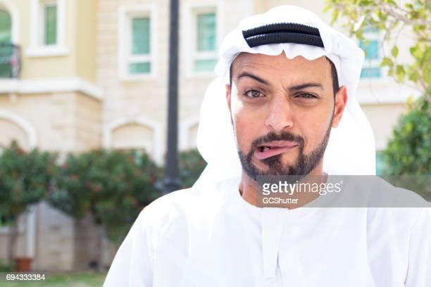 Árabe, mostrando un extraño experession facial