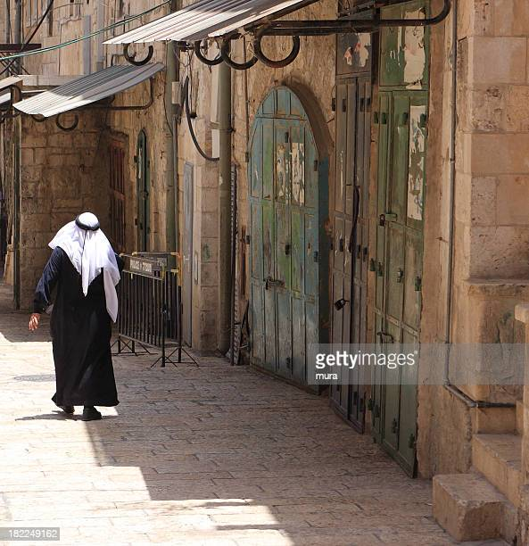 arab andar em jerusalém - jerusalem antiga imagens e fotografias de stock
