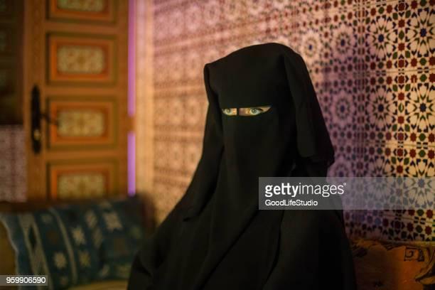 femme arabe - burka photos et images de collection