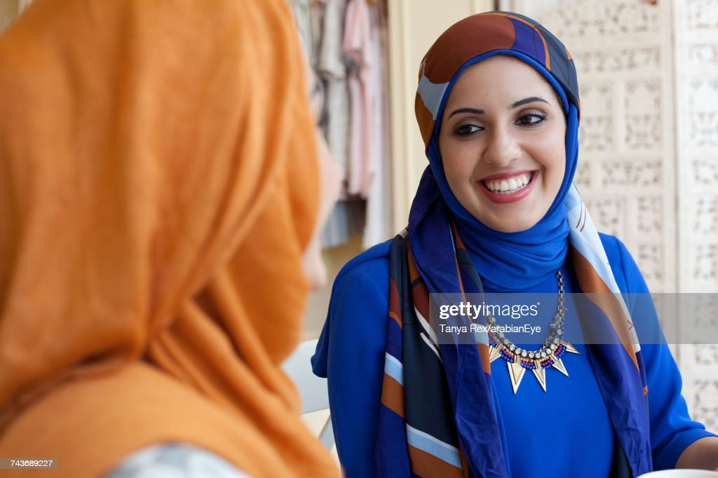Arab women chatting in boutique.   : Stock-Foto