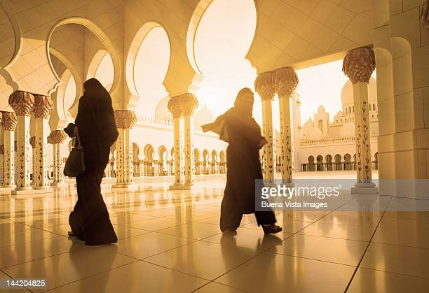 arab women in the great mosque - sheikh zayed mosque stock pictures, royalty-free photos & images