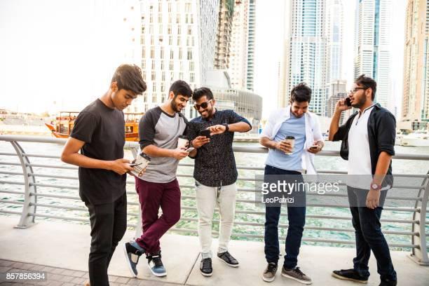 Die arabische Jugend - Gruppe des Nahen Ostens männlichen Freunden hängen in Dubai