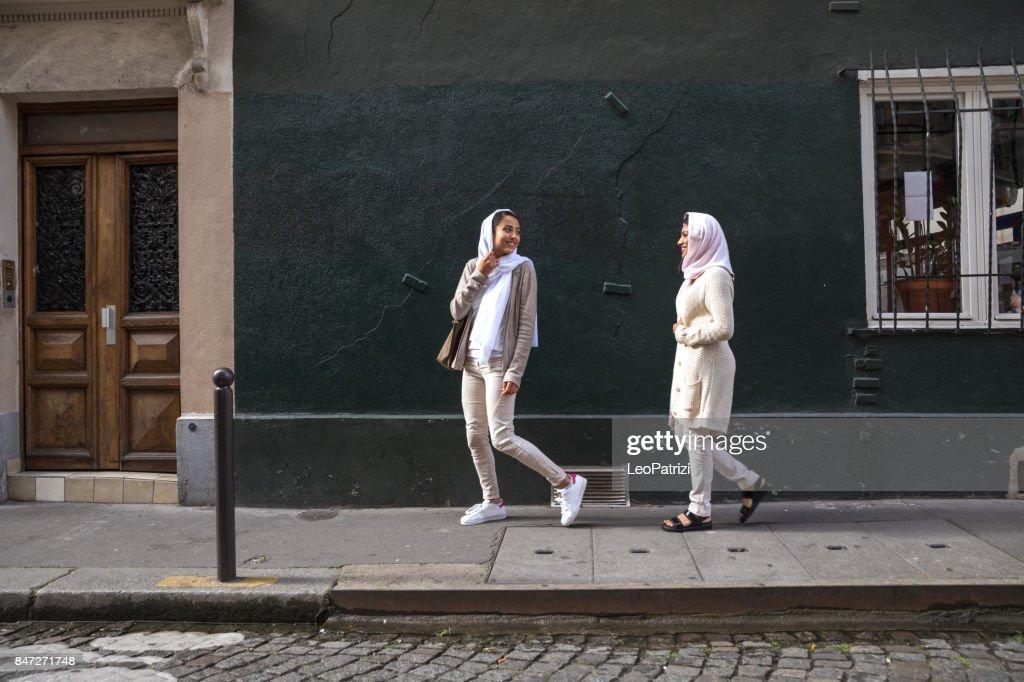 Juventud Árabe en París - Milenio Oriente : Foto de stock