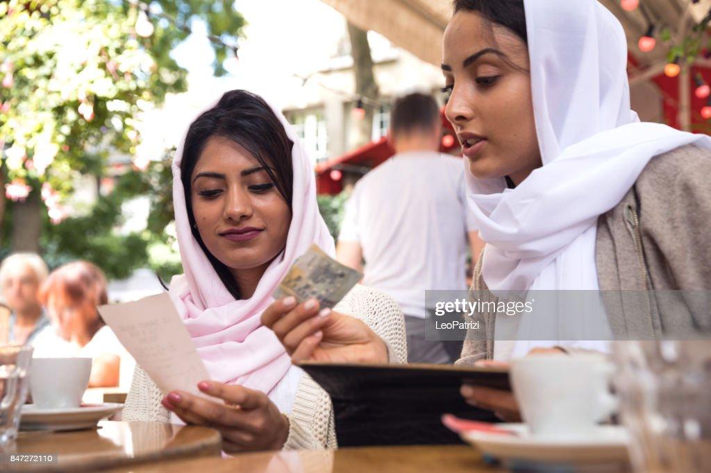 Arabische jeugd in Parijs - Midden-Oosten Millennials : Stockfoto