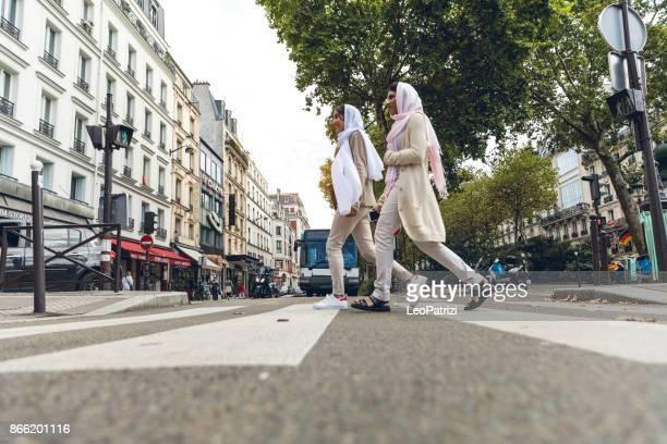 juventude árabe em paris - oriente médio millennials - vestimenta religiosa - fotografias e filmes do acervo