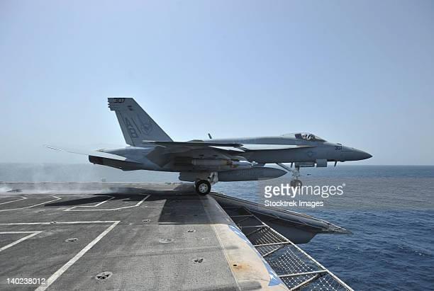 arabian sea, march 28, 2011 - an f/a-18e super hornet launches from the aircraft carrier uss enterprise (cvn-65).  - 航空母艦 ストックフォトと画像