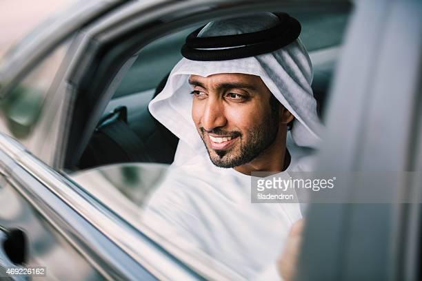 Hombre de negocios árabe en automóvil