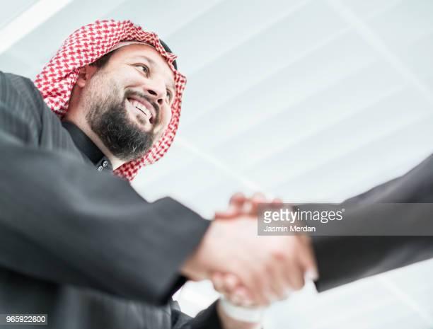 arabic businessmen shaking hands - dar cartas imagens e fotografias de stock