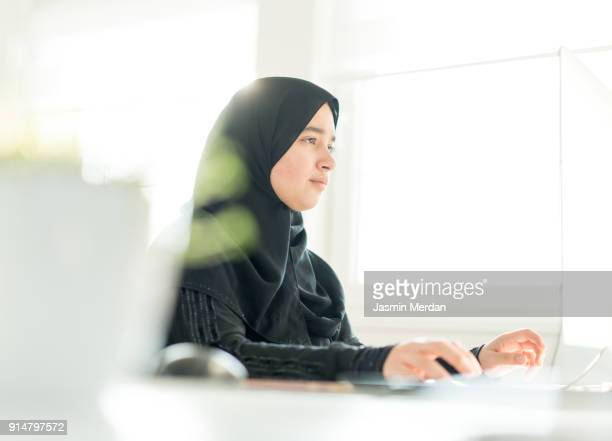 arabic girl working on the internet - gulf of oman photos et images de collection